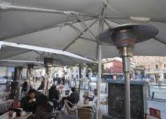 Los sevillanos, a favor de prohibir las estufas de gas en las terrazas por su contaminación
