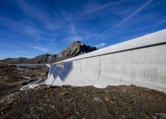 Planta fotovoltaica en la pared de una presa suiza.